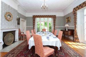 A restaurant or other place to eat at Hollybank House