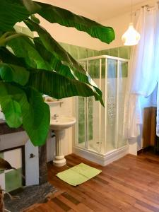 A bathroom at Le Domaine du Chêne Vert