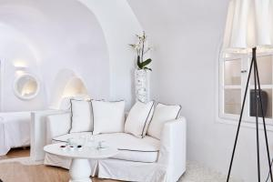 A seating area at Katikies Kirini Santorini - The Leading Hotels Of The World