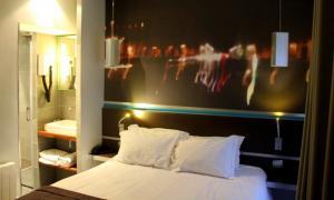 A bed or beds in a room at Hôtel Lumières Montmartre Paris