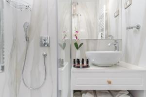 A bathroom at Ann Luxury Rooms
