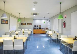 Un restaurante o sitio para comer en Albergue Inturjoven Huelva