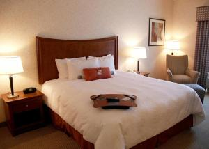A bed or beds in a room at Hampton Inn & Suites Richmond/Virginia Center
