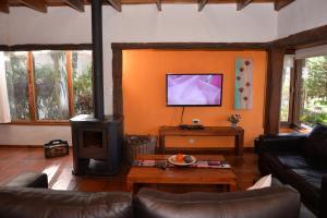 Una televisión o centro de entretenimiento en Cabañas del Bosque