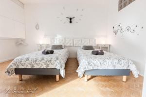 A bed or beds in a room at Le Sixième Ciel
