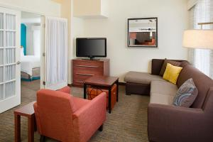 A seating area at Residence Inn Sacramento Cal Expo