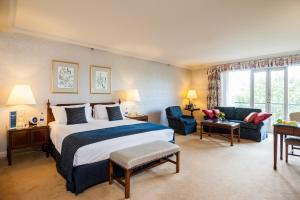 A bed or beds in a room at Sir Stamford Circular Quay