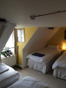 A bed or beds in a room at Sailors Return Weymouth