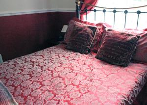A bed or beds in a room at The Old Poets Corner