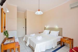 Un pat sau paturi într-o cameră la Irene Hotel