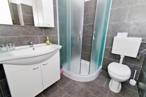 A bathroom at Rooms & Apartments Marinero