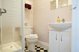 A bathroom at Pitcullen Guest House
