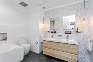 A bathroom at Heart of Glenelg BnB