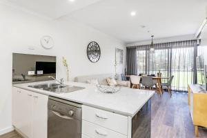 A kitchen or kitchenette at Heart of Glenelg BnB