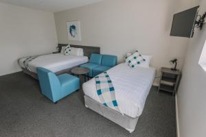 A bed or beds in a room at Studios On Beaumont