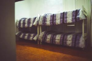 Una cama o camas cuchetas en una habitación  de Hostel Foster Rosario