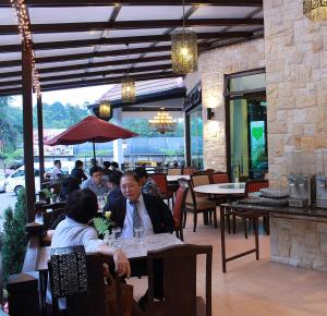 A restaurant or other place to eat at Hotel De' La Ferns, Cameron Highlands