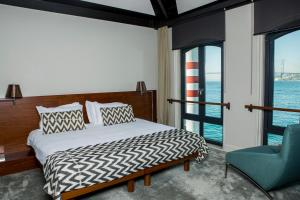 A bed or beds in a room at Sumahan - on the Water