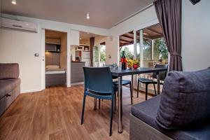 A seating area at Campsite Porton Biondi Mobile Homes Mediteran