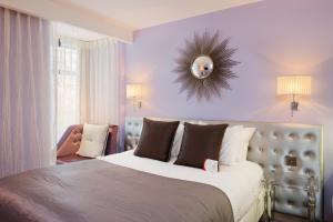 A bed or beds in a room at Heythrop Park Resort