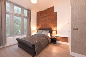 Säng eller sängar i ett rum på Spacious & Modern 2 Bed Apartment at Knightsbridge London