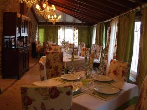 A restaurant or other place to eat at Casa Almoina