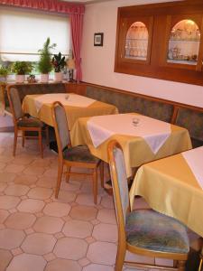 Ein Restaurant oder anderes Speiselokal in der Unterkunft Enzianbrenner