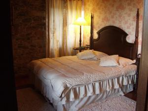 A bed or beds in a room at Casa Almoina
