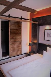 A bed or beds in a room at Ebracher Hof