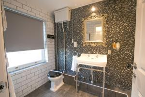 A bathroom at No 10 The Abbey