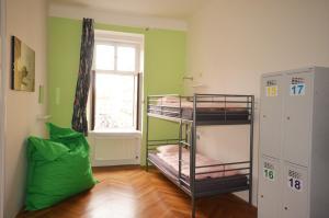 Двухъярусная кровать или двухъярусные кровати в номере Travel&Joy backpackers