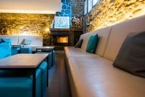 A seating area at Mountain Hostel Tarter