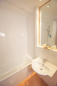 A bathroom at Timhotel Paris Gare de Lyon