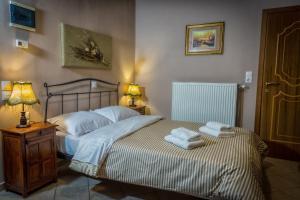 Ένα ή περισσότερα κρεβάτια σε δωμάτιο στο Ξενώνας Στα Τζάκια