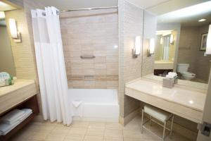 A bathroom at Hilton Los Angeles-Universal City