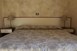 A bed or beds in a room at Hotel Ricci