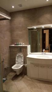 Um banheiro em Dilyara Alieva 237 Apartment