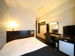 A bed or beds in a room at APA Hotel Roppongi Itchome Ekimae
