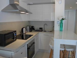 A kitchen or kitchenette at Studio Cannes 5mn palais du festival