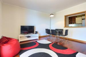 A television and/or entertainment center at Quinta Falesia Apartment
