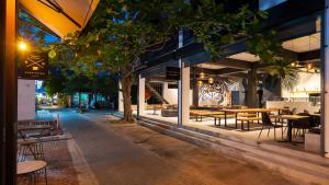 A restaurant or other place to eat at Savage Hostel Koh Tao