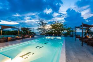 Der Swimmingpool an oder in der Nähe von Savage Hostel Koh Tao
