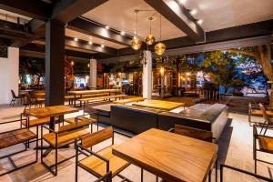 Ein Restaurant oder anderes Speiselokal in der Unterkunft Savage Hostel Koh Tao