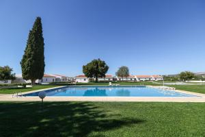 The swimming pool at or near Hotel Apartamento Do Golfe
