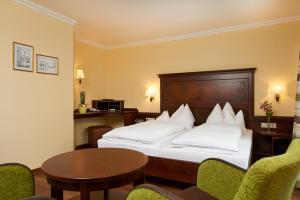 Ein Bett oder Betten in einem Zimmer der Unterkunft Hotel zur Post