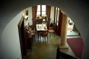 Ein Restaurant oder anderes Speiselokal in der Unterkunft Hotel zur Post