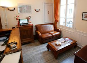 A seating area at Hôtel Le Home Saint Louis