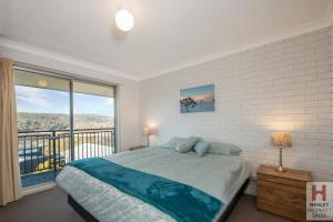 A bed or beds in a room at Erulisse-Spacious townhouse with magical lake views