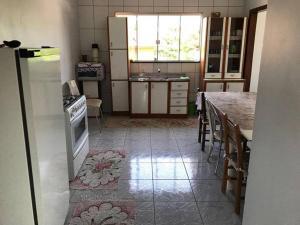A kitchen or kitchenette at Apartamento Quadros