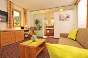 Ein Sitzbereich in der Unterkunft Hotel Barbarahof Saalbach